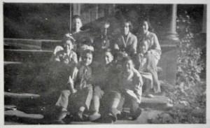 1938 年利斯伽街渥太华中文学校门前  后排:Edgar Wong、Don Sim、Ruby Wong、Anne Wong  前排:周强安、Paul Chan、Leslie Wong、Norman Sim、Isabel Wong