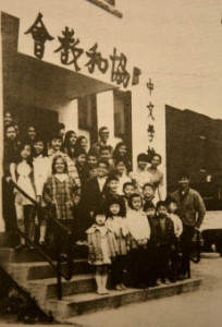 1969 年佘静明校长与师生在利斯伽 314号门前合影