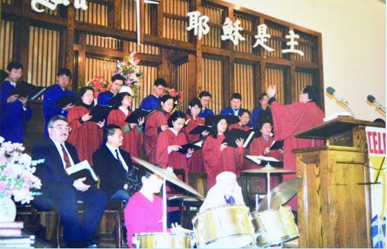 圖片 20 教會崇拜,班納特牧師與詩班(周樹邦提供)