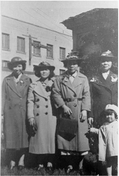 图片 2  星期日在华人教会做过礼拜之后,穿戴齐整的太太们准备前往国会山游玩。左起:黄昂振夫人、周相夫人、黄昂杰夫人、周在彦夫人与她的女儿周彩琼(摄于1926年左右,黄美齢提供)