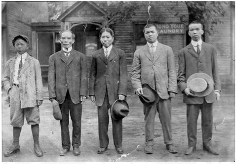 图片 2 右起第一人为周相,右二为其堂兄 1913年摄于渥太华斯莱特街洗衣店Hong Youe Laundry门前(周强安提供)
