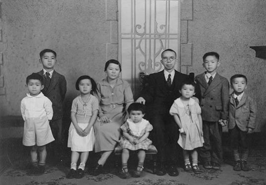图片 4 周相夫妇及全家摄于1931年 (周强安提供) 左起:周强安(William, Bill)、周强辉(Allan)、周凤箫(Irene)、周张启云(Kai-Voon)、 周凤瑶(Betty)、周相(Shung Joe)、周凤兰(Daisy)、Lawrence、周强根(Eddie)