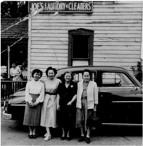 图片 5 左起:周凤瑶、Margaret (Joe) Hamilton、周相夫人张启云、(不知名) 1950年代摄于斯莱特街周氏洗衣店前(周强安提供)