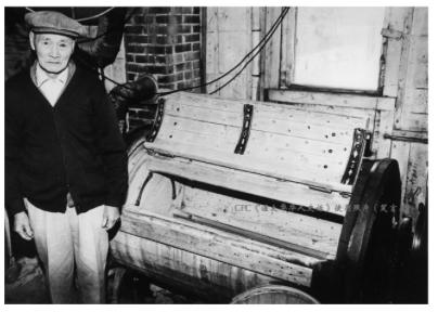 图片 9 洗衣工与木制洗衣机 (来源:加拿大国家历史博物馆网站,格林堡档案馆Glenbow Archives提供)