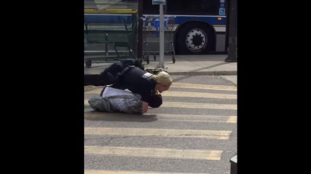 """""""她真棒!""""路人拍到加拿大女警如何迅速制服持斧男"""