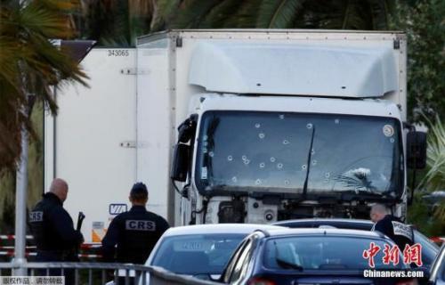 资料图 防暴警察检查发动袭击的卡车,车窗上遍布弹孔。
