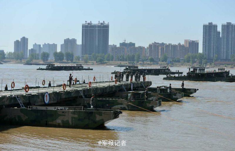 26分40秒 1150米钢铁浮桥横跨长江 就这么牛(组图)-新华侨报