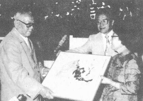 图片 211 1985年7月15日中国国家主席李先念(左)访问渥太华, 许金生(中)社长代表各界华人敬赠纪念品(来源:许金生)