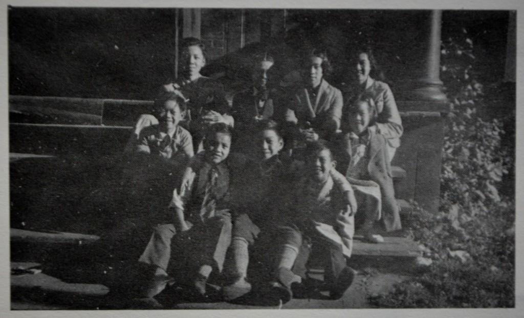 图片 4 1938年利斯伽街渥太华中文学校门前 后排:黄新振(Edgar Wong)、周日明(Don Sim)、Roby Wong、黄艳爱(Anne Wong) 前排:周强安、Paul Chan、黄新悦(Leslie Wong)、周日光(Norman Sim)、黄新珍(Isobel Wong) (黄美龄提供)