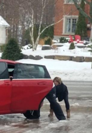 加拿大女子冰冻路面难站稳狂摔跤 母亲狂笑不止