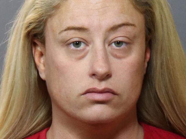 美母亲枪杀女儿后,编了三个故事骗警察,还想让2岁儿子背锅