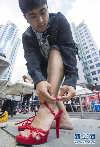 加拿大男子穿高跟鞋步行1.6公里